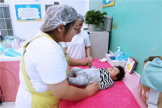 愉悦宝贝丨小儿抚触对宝宝的好处!小儿抚触的手法是怎么样的呢?